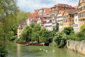 Die Neckarbrücke ist DER Agfa-Point überhaupt in Tübingen. Nicht nur das tolle Stadtbild, sondern vor allem der Hölderlinturm mit der Trauerweide davor, lässt jeden für einen Augenblick auf der Brücke verharren.