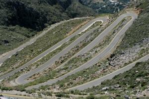 ... trennten mit ihren Radreifen den immergrünen Berg auf, ...