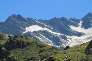 Aufstieg über Heilig Geist Kirchlein ins Windtal zur Lenkjöchlhütte ( 2.603 m). Abstieg über Röttal nach Kasern zurück.