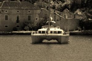 Katamaran ankert in einem istrischen Hafen jbs 2oooelf