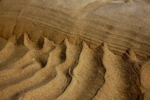 Rippelmarken bleiben zurück, wenn das Meer bei Ebbe weicht. Wellenmuster im Strandsand - GP 2009